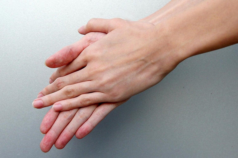 Gnuggar handflatorna mot varandra