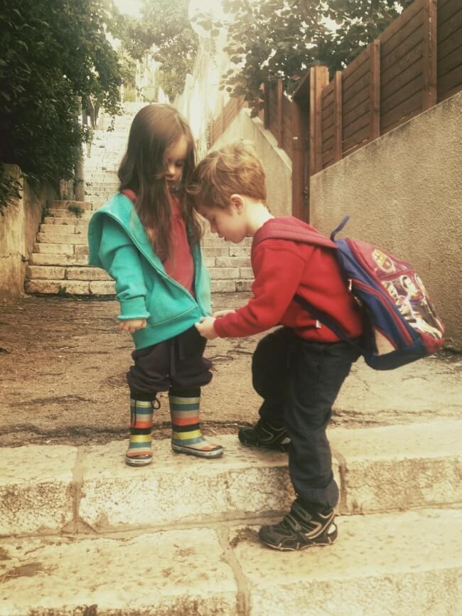 bror der hjælper sin søster med at lyne trøjen