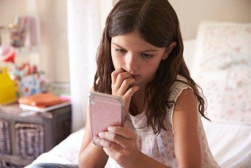 pige der kigger på sin mobil