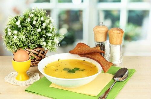 suppe med brød og æg