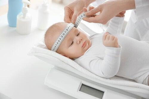 baby der bliver målt rundt om hovedet