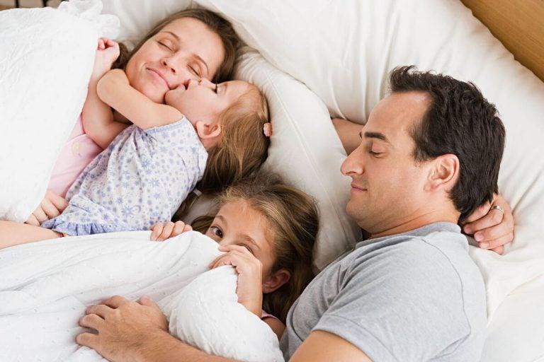 familie der putter sammen i seng