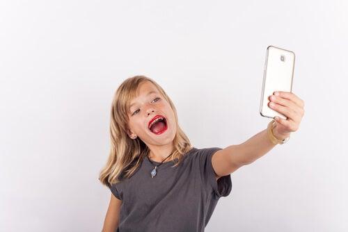 pige med læbestift der tager en selfie