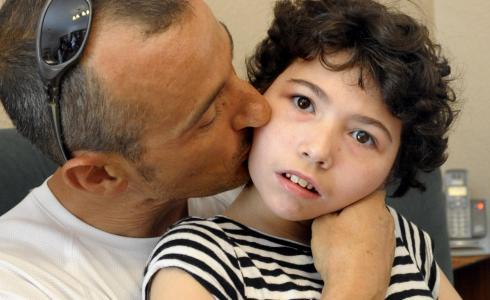 far der kysser sit barn på kinden