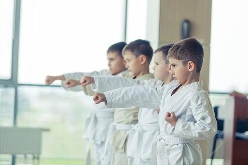 børn der øver taekwondo