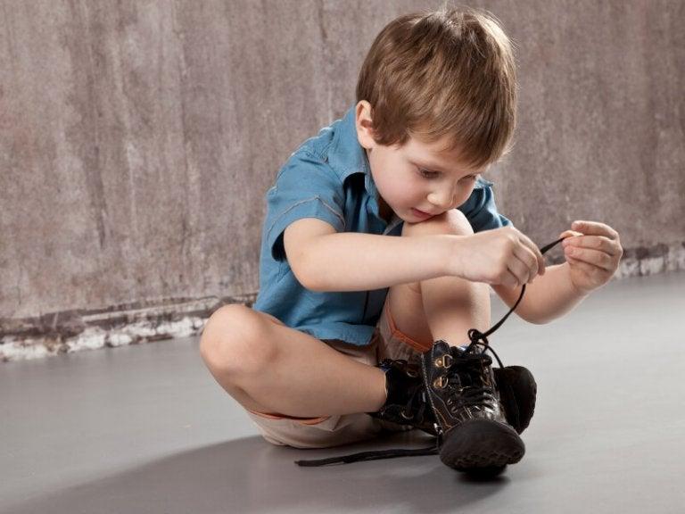 lille dreng der binder sine sko