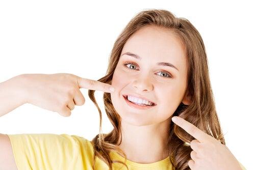 ung pige der peger på sit smil