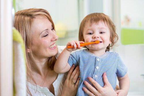 lille dreng der børster dine tænder