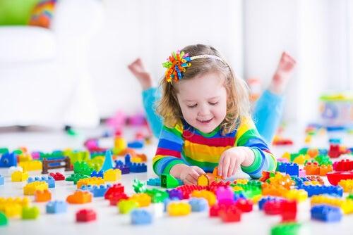 lille pige der leger med klodser