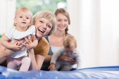kvinde der holder baby der prøver at gå