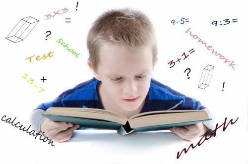 dreng der læser i en matematikbog
