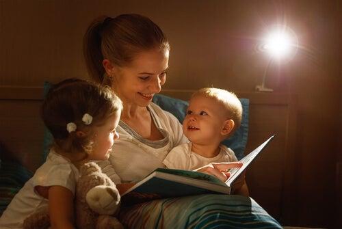 mor der læser godnathistorie for sine to, små børn