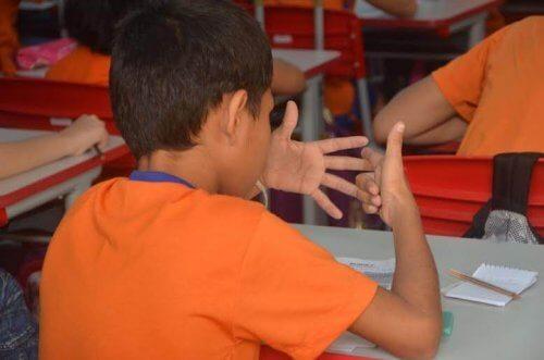 barn der tæller med sine fingre