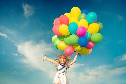 pige, der løber med balloner