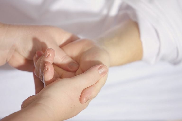 barn der får håndmassage
