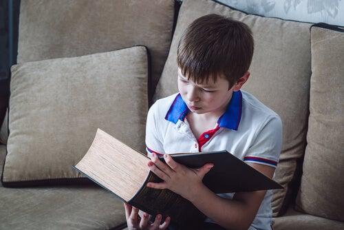 dreng der læser i en kæmpe bog