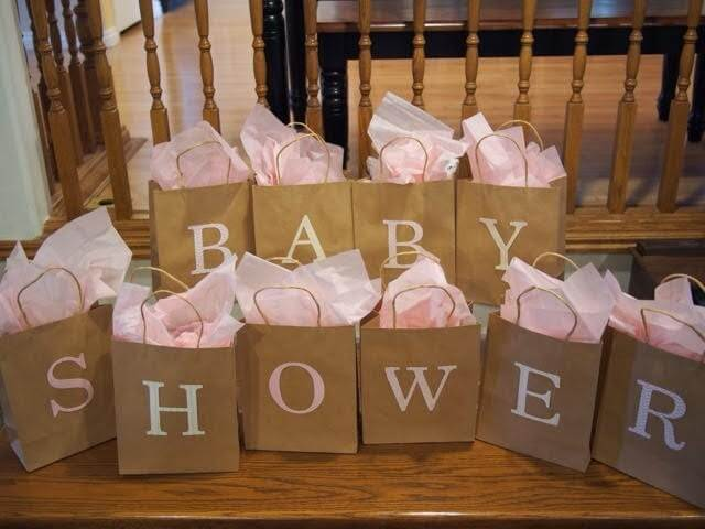 babyshower poser med lyserødt tyld