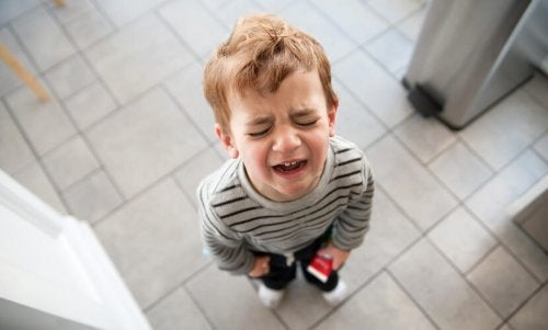 lille dreng der græder på badeværelse