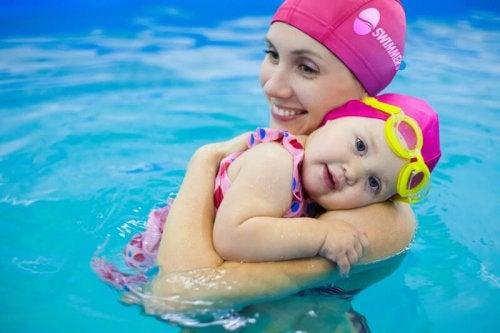 mor og baby der krammer i vand