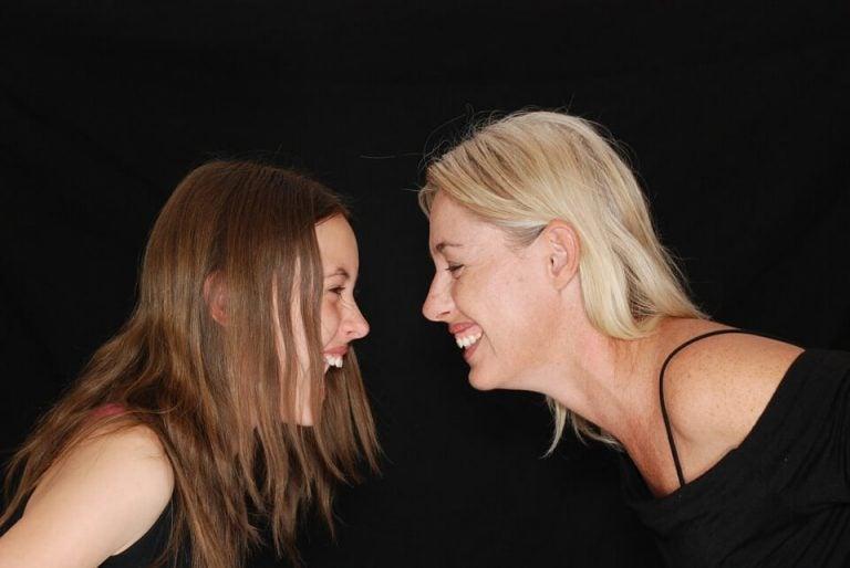 kvinde og pige der griner til hinanden
