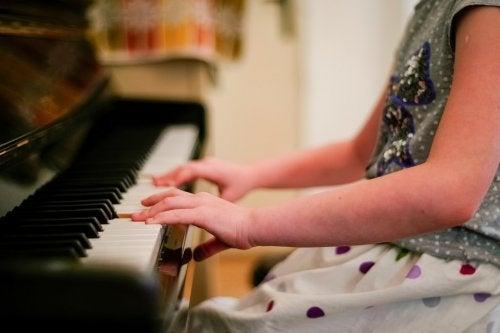 pige der spiller på klaver