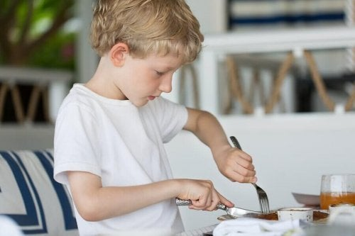 At What Age Can a Child Use a Knife and Fork?