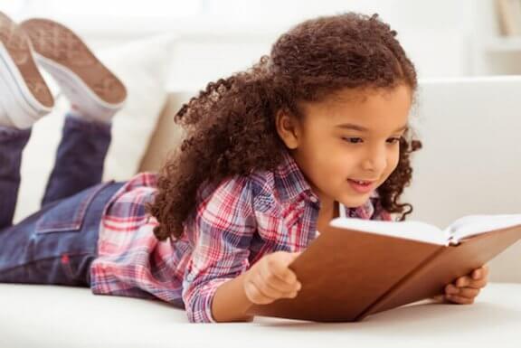 pige der læser i bog