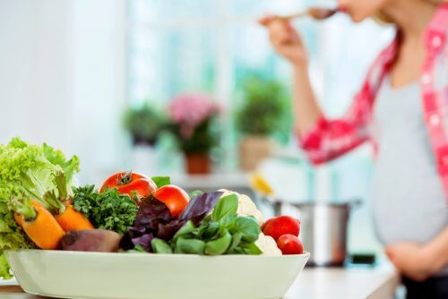 The Risks of Eating Salad While Pregnant