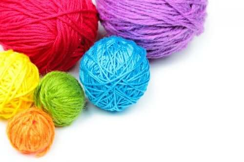 5 Easy Crafts with Yarn for Children