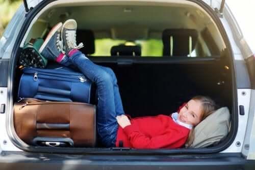 Dziewczynka przygotowana do podróży.