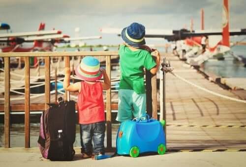 Dzieci trzymające torby.
