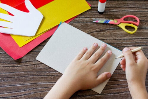 Barn tegner sin hånd