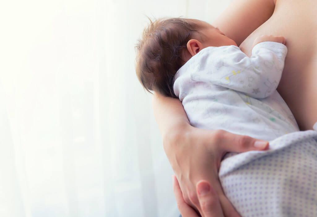 Matka podczas karmienia dziecka.