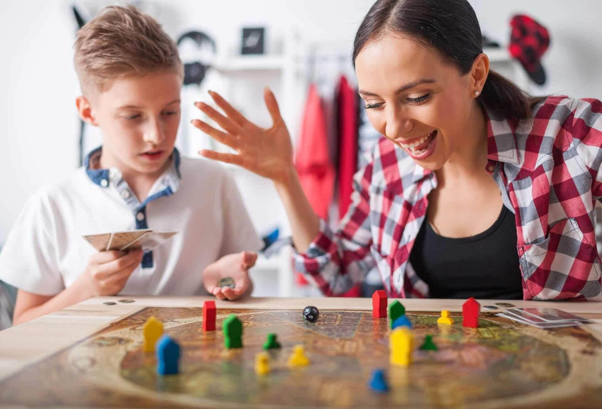Matka i dziecko bawiące się w gry kooperacyjne.