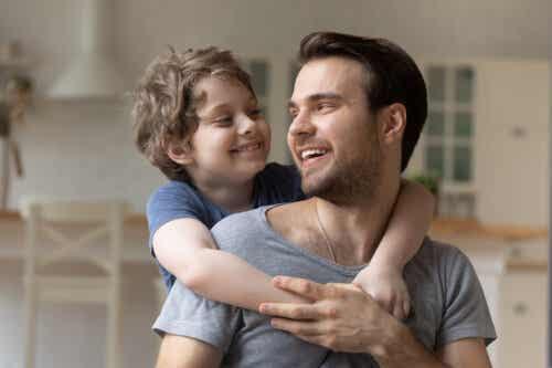 Syn z ramionami na szyi taty.