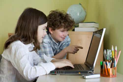 Børn er ved at lære at skrive på computer
