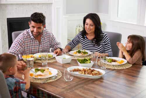 En familie som nyter et måltid ved spisebordet.