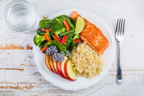 Laks, ris, frukt og grønnsaker på en tallerken.