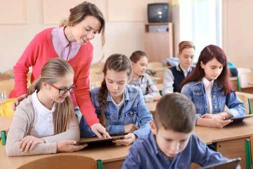 Nauczycielka pomagająca uczniom w odrabianiu lekcji.