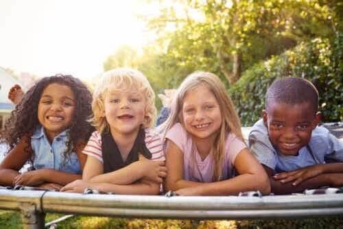 Kinderen glimlachen en leren wat softskills zijn.