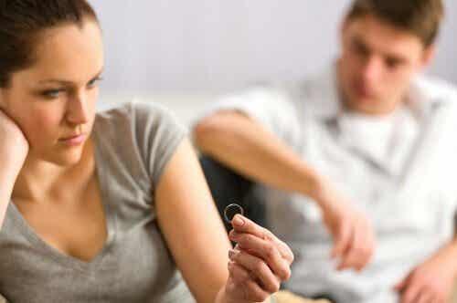 Vrouw die haar ring na echtscheiding bekijkt.