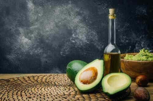 Flaska olivolja och en avokado: källor till hälsosamma fetter.