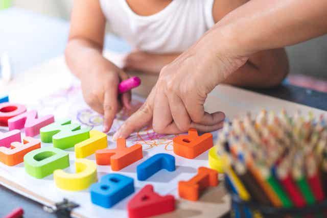 Een kind dat het alfabet oefent.