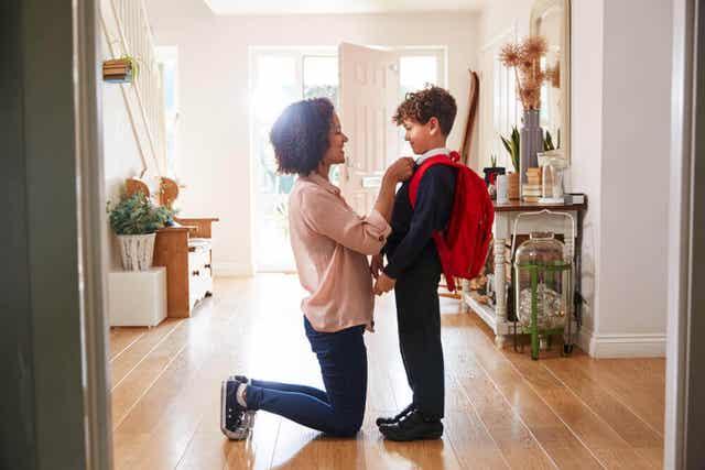 En mor, der forbereder sin søn til skolen