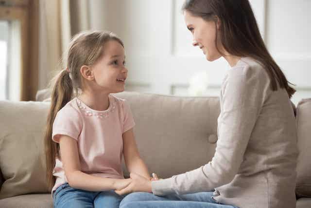 En mor, der taler med sin datter