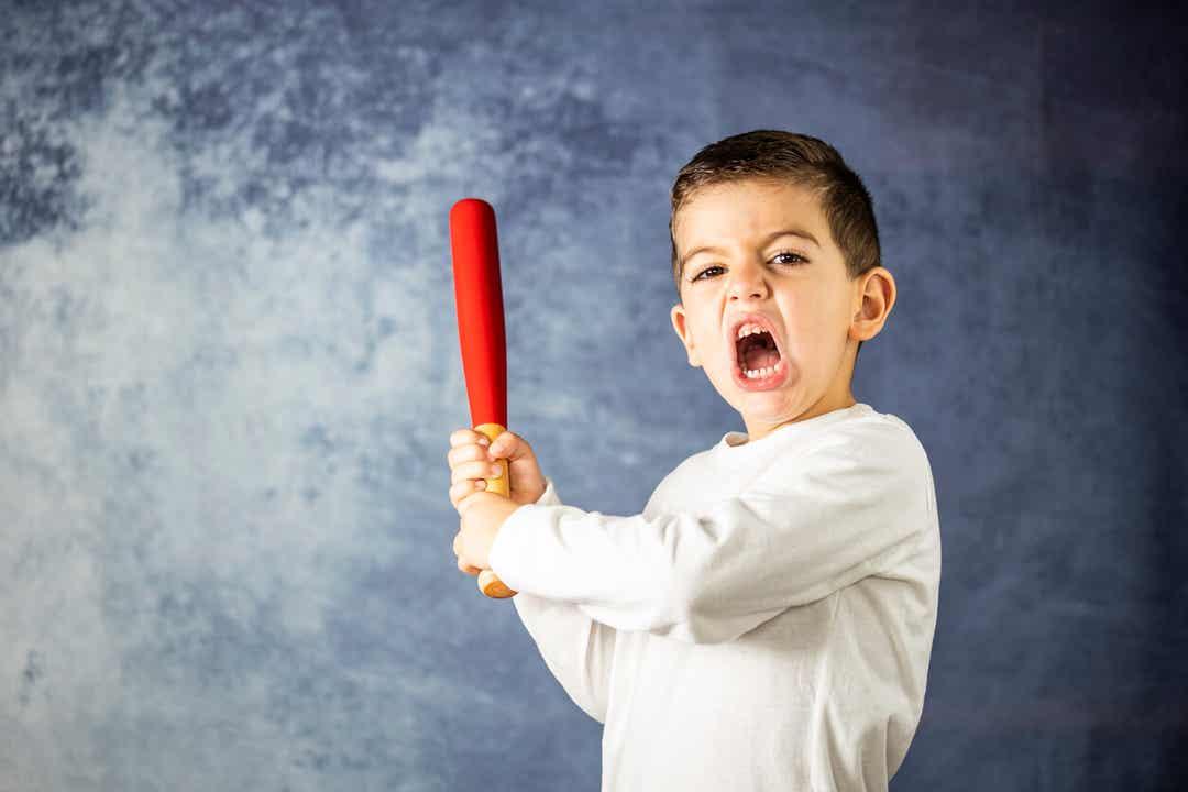 Et sint barn som svinger en baseballbat.