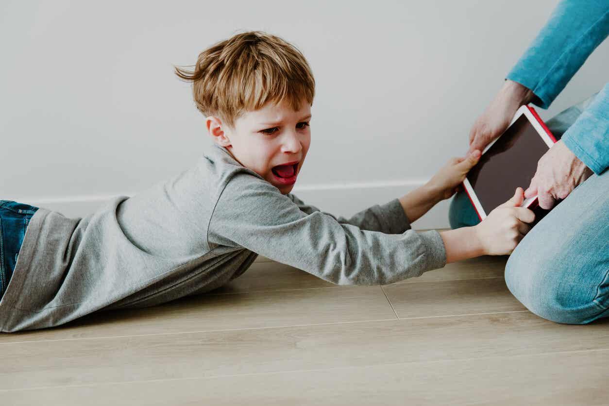 Jongen wil zijn digitale apparaat.