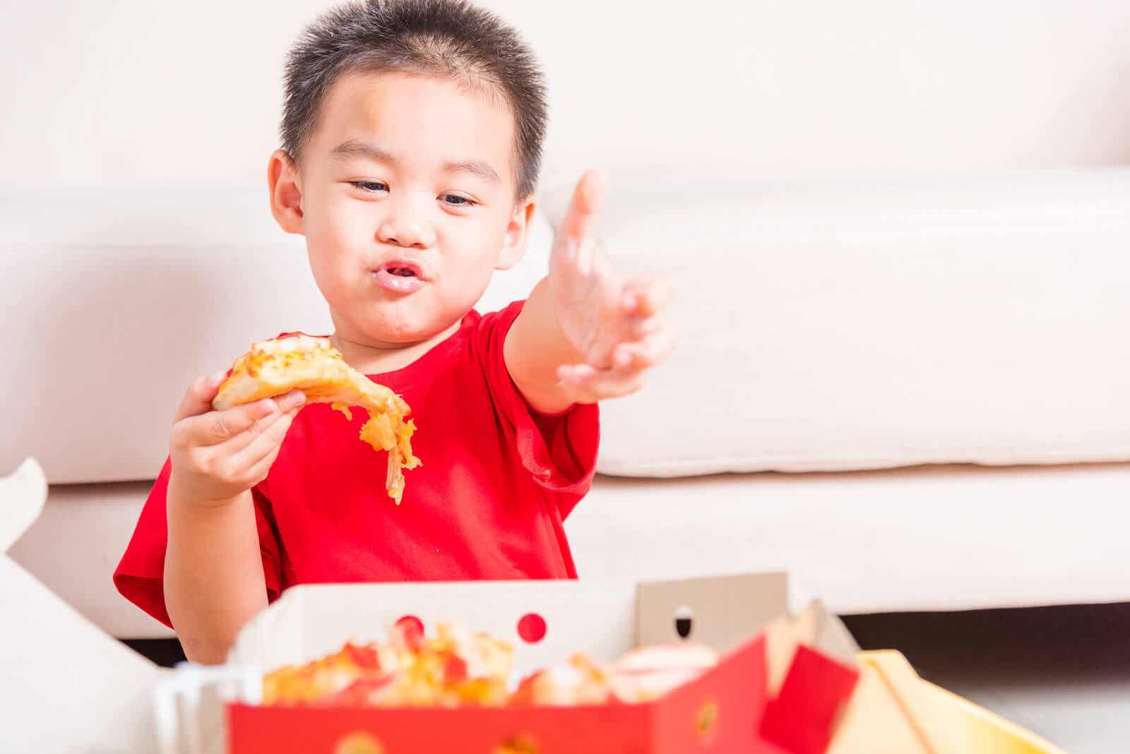 Ett barn som äter skräpmat.
