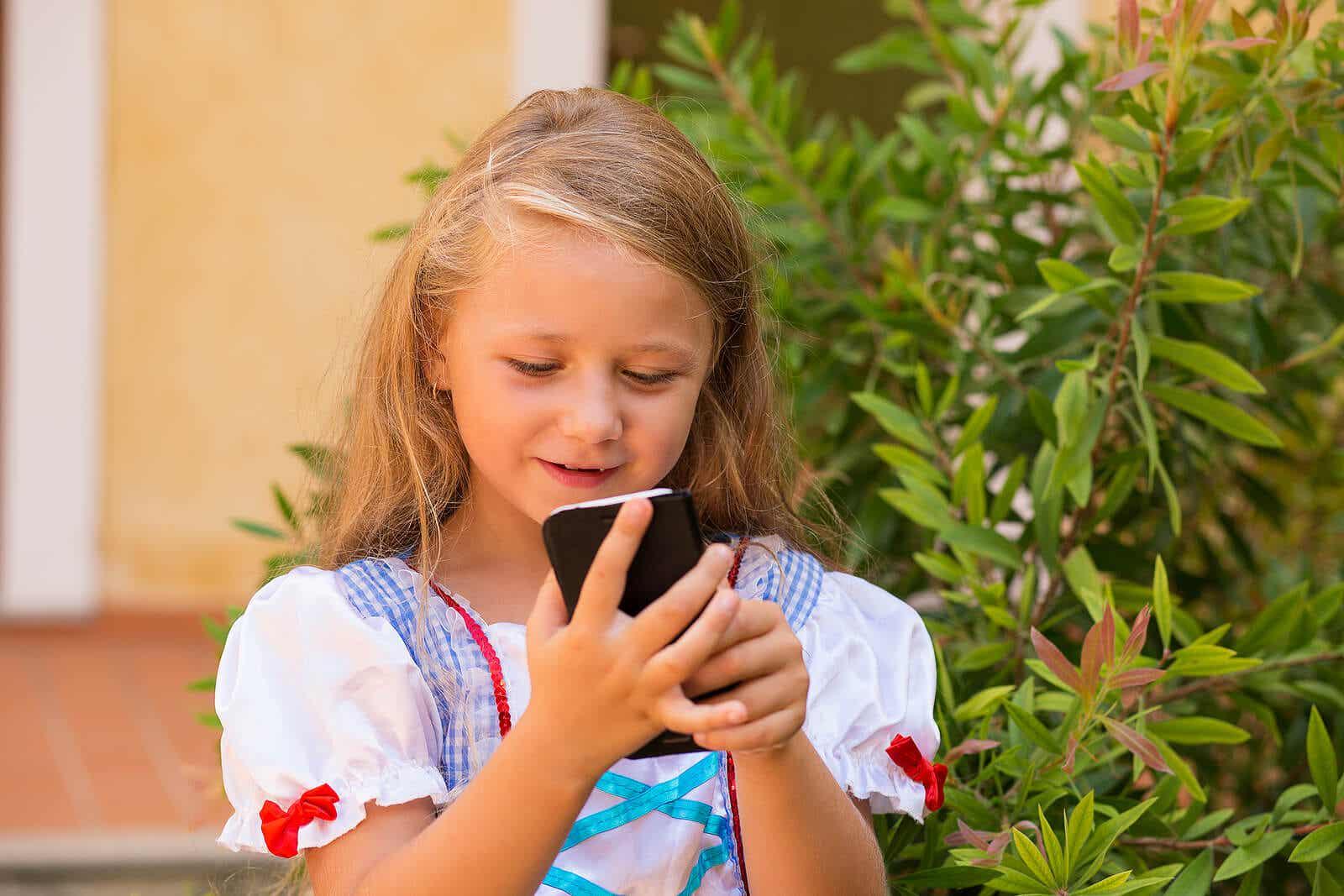 Meisje met mobiele telefoon.