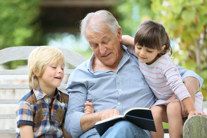 Opa leest een verhaal voor